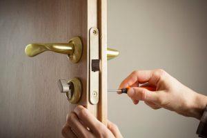 מתי להתקשר לתקן דלת לבד או עם בעל מקצוע?
